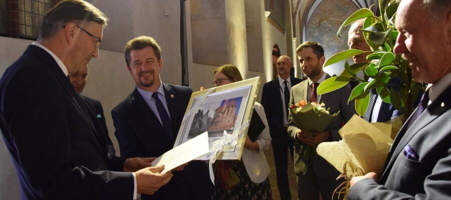 burmistrz Malborka wręcza obraz dyrektorowi Muzeum