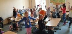 dzieci podczas zabawy w klasie