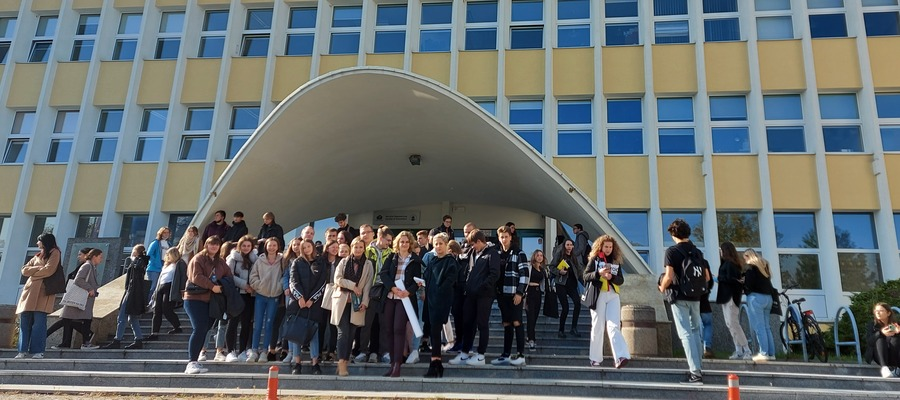 uczniowie przed budynkiem Uniwersytetu Gdańskiego