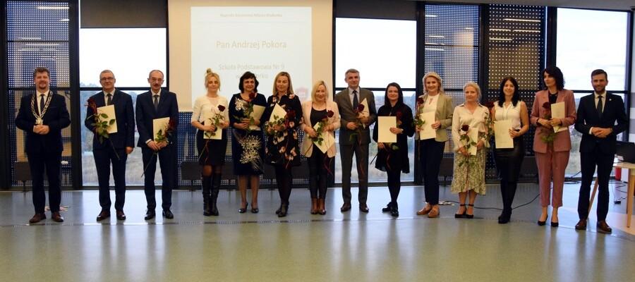 nagrodzeni nauczyciele z Burmistrzem i Przewodniczącym RMM